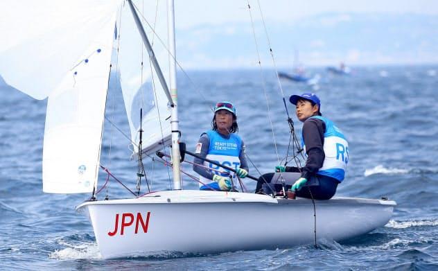 女子470級に出場した吉田(左)、吉岡組(19日、江の島ヨットハーバー沖)=代表撮影・共同