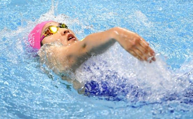 女子200メートル背泳ぎ決勝 2分10秒96で優勝し、100メートルとの2冠を果たした武南・酒井夏海(19日、熊本市総合屋内プール)=共同
