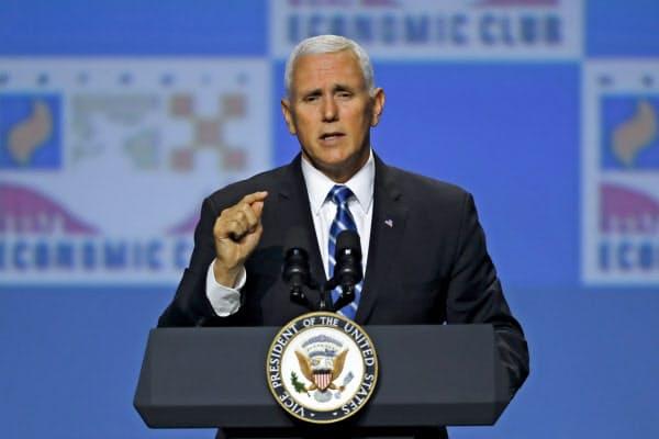 19日、ペンス米副大統領は中国との貿易交渉に厳しい姿勢で臨む姿勢を改めて示した(ミシガン州デトロイト)=AP