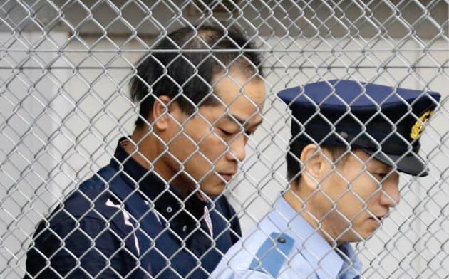送検のため、茨城県警取手署を出る宮崎文夫容疑者(20日午前6時56分)=共同