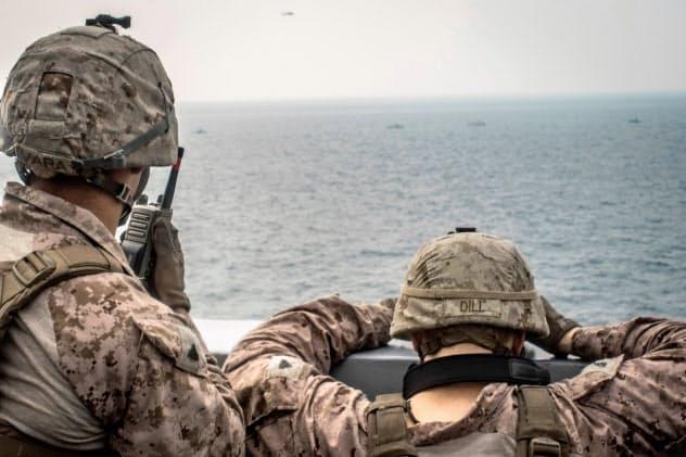 ホルムズ海峡で監視任務にあたる米海兵隊員=ロイター