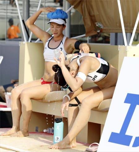 IOCは選手の暑さ対策で「暑熱順化」「身体冷却」「水分補給」を呼び掛ける(ビーチバレー東京五輪テスト大会の日本ペア)=共同