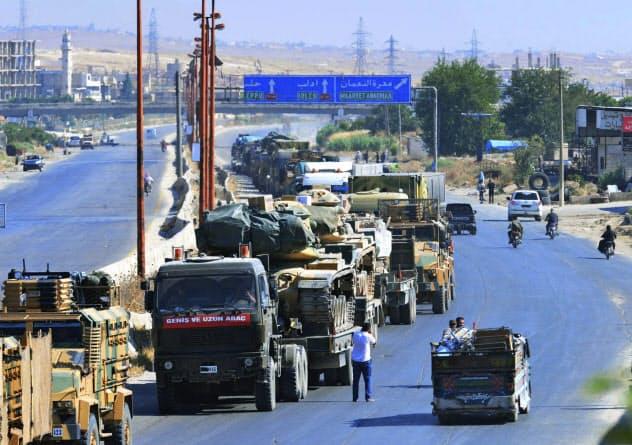 19日、イドリブ県南部の要衝ハーン・シェイフーン近くで撮影されたトルコ軍の車列=DHA・AP