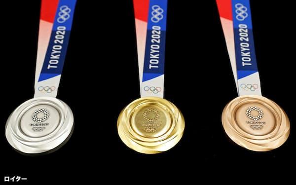 東京大会の組織委は企業が協賛を強要されたケースは一切認識していないという(東京大会で授与されるメダル)=ロイター