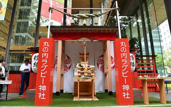 丸ビルに建立された丸の内ラグビー神社(20日午前、東京都千代田区)
