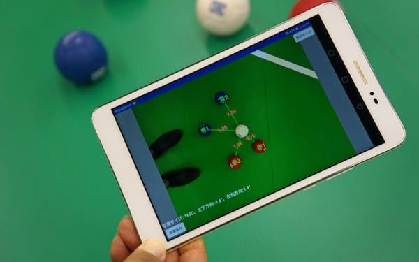 ボールをスマホやタブレットで撮影すると、自動で距離が表示される