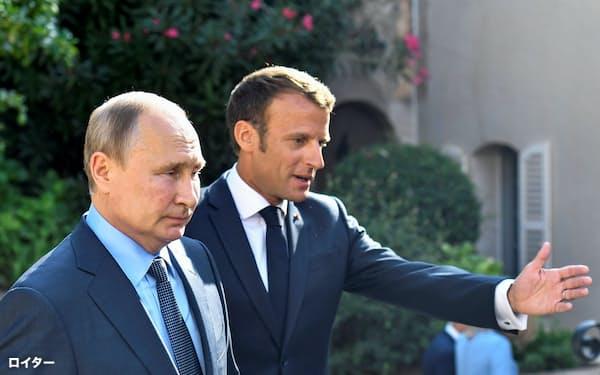 マクロン仏大統領(右)はロシアのプーチン大統領との関係改善を探る=ロイター