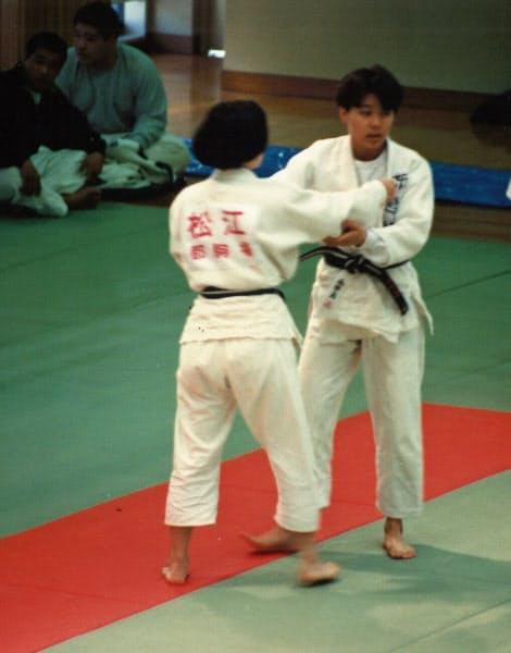高校から始めた柔道では都大会で準優勝するまでに(手前が本人、東京都文京区の講道館)