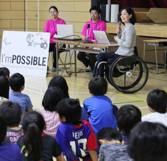 小学生に講演する長野パラリンピックの金メダリストのマセソン美季さん(奥右端)=東京都調布市の調布市立第三小学校
