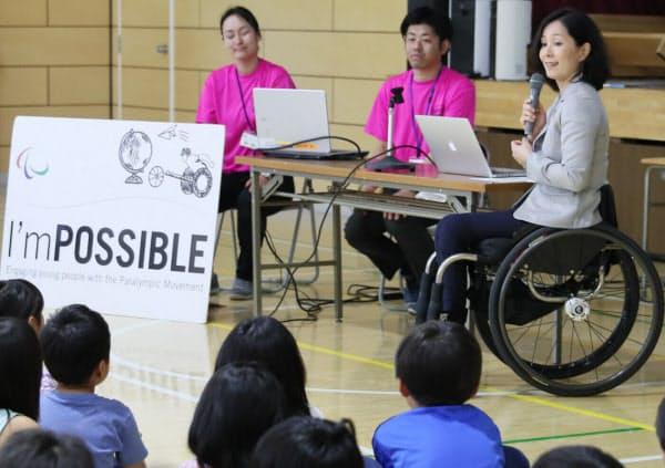 パラリンピックについて小学生に講演するマセソン美季さん(右、東京都調布市)
