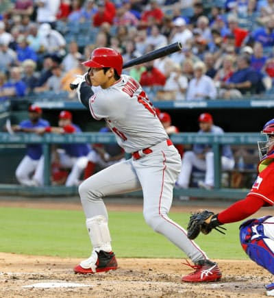 レンジャーズ戦の2回、左中間に適時三塁打を放つエンゼルス・大谷(19日、アーリントン)=共同