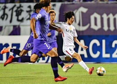 鹿島は土居(右)の活躍で広島を振り切って8強入り。ACL2連覇を目指す=共同