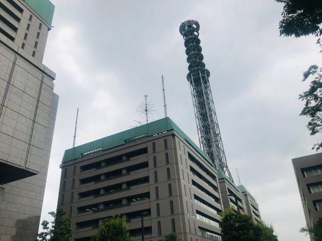 電波塔は地上10階の建物の屋上に建っている