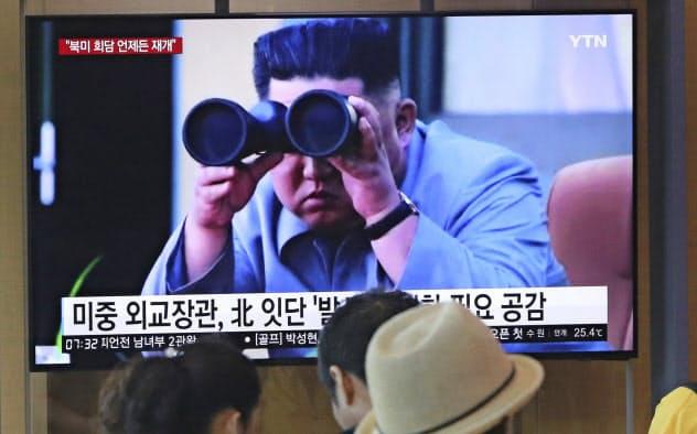 米韓演習に反発する北朝鮮のニュースを報じる韓国のテレビ(2日、ソウル駅)=AP