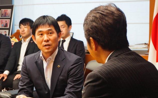 茨城県の大井川和彦知事(右)を表敬訪問したサッカー日本代表の森保一監督(20日、水戸市)