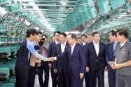20日、暁星の炭素繊維工場を視察した文在寅大統領(中央)=韓国大統領府提供