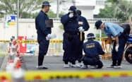 G20の会場近くで起きた発煙騒ぎの現場を調べる捜査員(6月28日、大阪市住之江区)