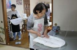 「BABAラボ さいたま工房」では幅広い世代の女性が「孫育てグッズ」を製作する(さいたま市)
