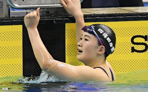 女子400メートル個人メドレーで優勝し、200メートルとの2冠を喜ぶ四條畷学園・谷川亜華葉(20日、熊本市総合屋内プール)=共同