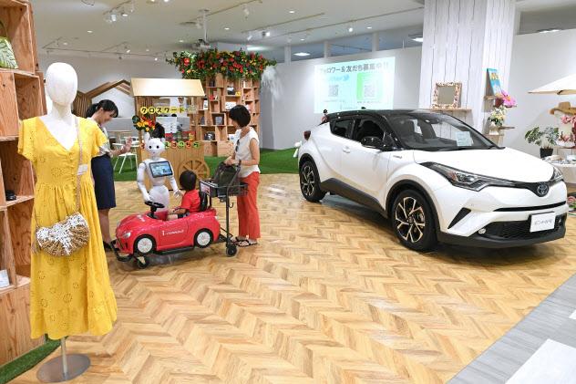 店作りも変わる。展示車は1台のみでテーマに合わせて展示物も変わる「アイ・コネクト ダイナシティ店」(神奈川県小田原市)