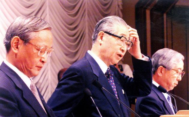 統合を発表する3行頭取(1999年8月20日、都内のホテル)