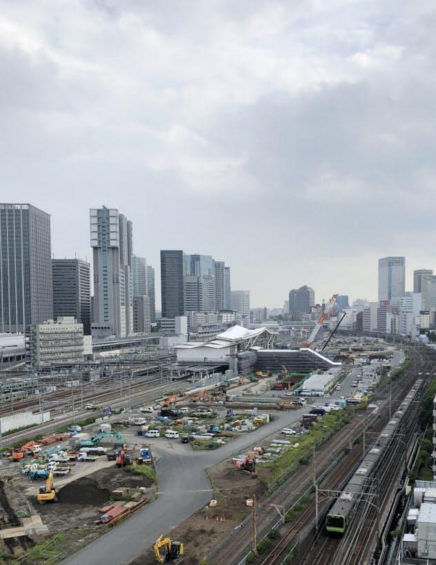 中央がJR高輪ゲートウェイ駅。山手線は移設し、作業車が並ぶエリアに高層ビルが4棟立つ。奥が品川駅方面(20日、東京都港区)