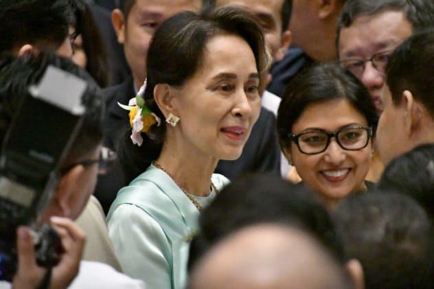 20日、日米両政府などが開催した投資フォーラムで出席者と歓談するアウン・サン・スー・チー国家顧問(ヤンゴン市内のホテル)