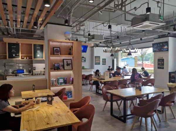 新業態ではコンビニに広い飲食スペースを併設した