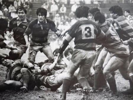 慶大時代は大学選手権で準優勝。平尾誠二さん擁する同志社大に決勝で惜敗した(左から2人目が玉塚氏)
