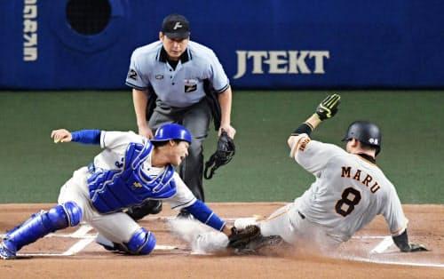 1回巨人2死一、三塁、打者大城のとき、一走との重盗を決め生還する三走丸。捕手加藤(20日、ナゴヤドーム)=共同