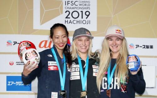 女子複合の表彰式で記念写真に納まる銀メダルで東京五輪代表に内定した野口(左)らメダリスト(20日、エスフォルタアリーナ八王子)
