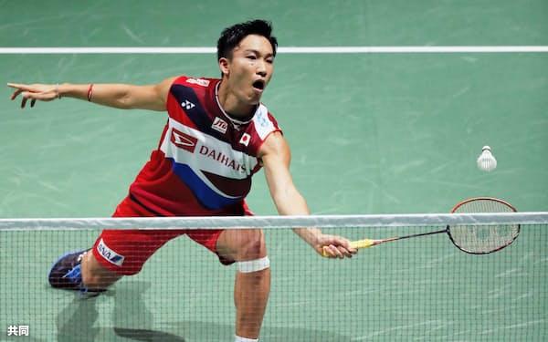 男子シングルス2回戦 スペイン選手と対戦する桃田賢斗(20日、バーゼル)=共同