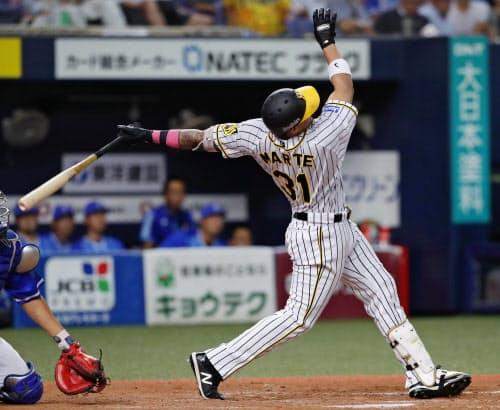 7回阪神2死一塁、マルテが左越えに2ランを放つ(20日、京セラドーム)=共同