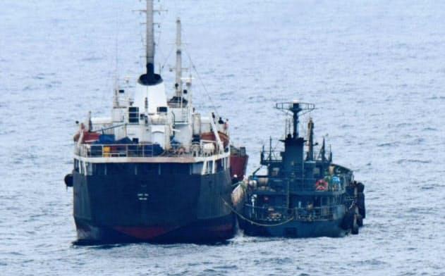 東シナ海での「瀬取り」が疑われる北朝鮮船籍のタンカー(左)と船籍不明の小型船舶=2019年1月(防衛省提供)