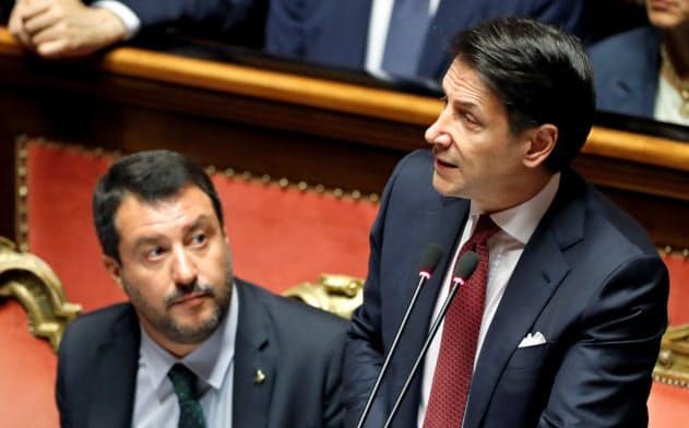 上院議会の演説でコンテ首相(右)は同盟のサルビーニ党首(左)を痛烈に批判した(20日)=ロイター