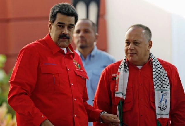 ベネズエラのマドゥロ大統領(左)とナンバー2と目されるカベジョ制憲議会議長(7月、カラカス)=ロイター