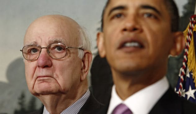 取引規制を提唱したボルカー元FRB議長(左)(ワシントン)=ロイター