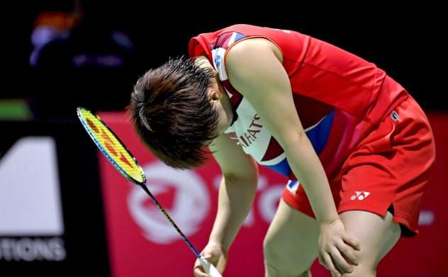 女子シングルス2回戦 シンガポール選手にポイントを奪われ肩を落とす山口茜(20日、バーゼル)=共同