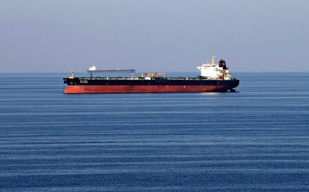 ホルムズ海峡を航行する石油タンカー=ロイター