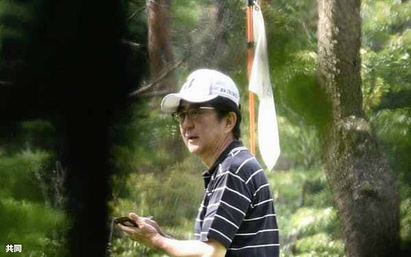 ゴルフを楽しむ安倍首相(21日午前、山梨県山中湖村)=共同