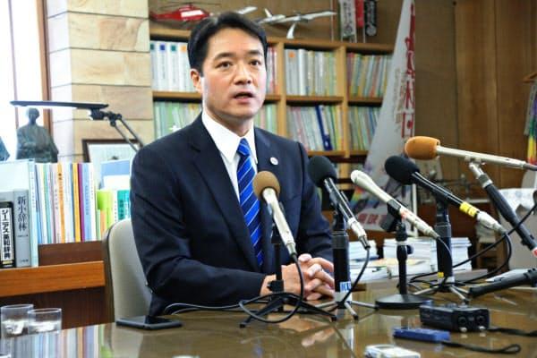 11月の知事選に出馬しないと表明した尾崎正直知事(21日、高知県庁)