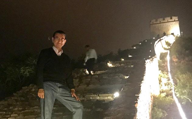 万里の長城で撮影に応じる河野外相