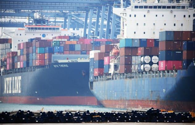 大型のコンテナ船が停泊するタイ中部レムチャバン港(1月)=三村幸作撮影