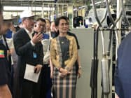 21日、ティラワ経済特区のスズキの組み立て工場を視察するアウン・サン・スー・チー国家顧問