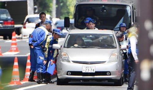 事故現場付近で高齢ドライバーを乗せた車の実況見分をする警視庁(6月、東京都豊島区)