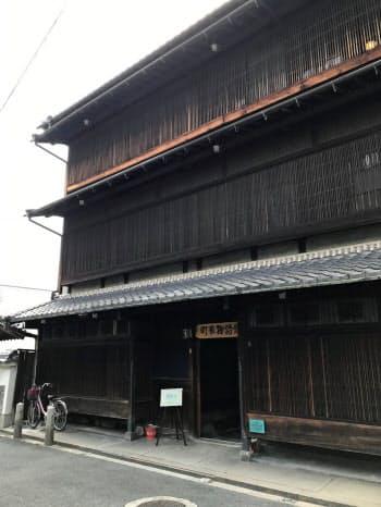 奈良県大和郡山市の「町家物語館」。木造3階建てを覆う格子が印象的だ