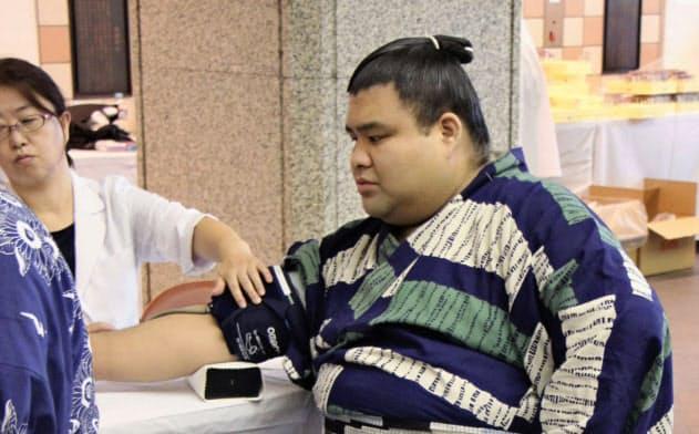 健康診断で血圧を測る高安(21日、東京・両国国技館)=共同