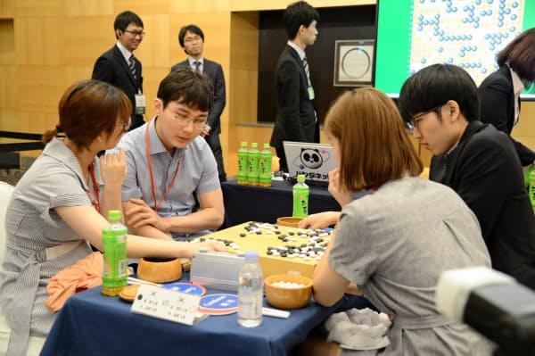 ペア碁最強位のタイトルを防衛した韓国の崔精九段(左)と朴廷桓九段(左から2人目)