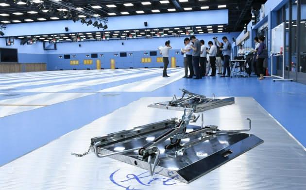 報道陣に公開されたNTC拡充棟のフェンシング場。手前にあるのは車いすフェンシング用のピスト(試合場)
