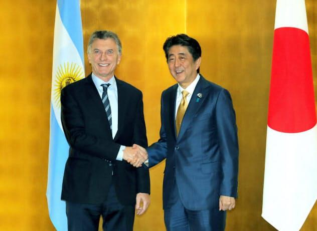 再選に黄信号がともるアルゼンチンのマクリ大統領(左)(6月、G20大阪サミットで安倍首相と)